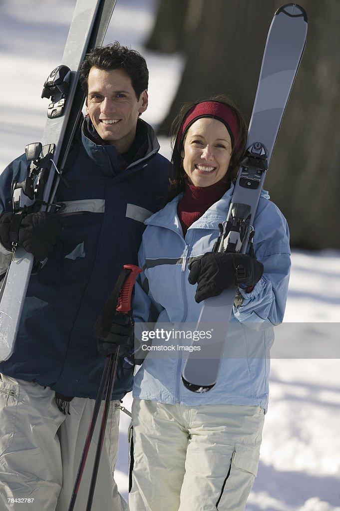 Couple with skis : Stockfoto