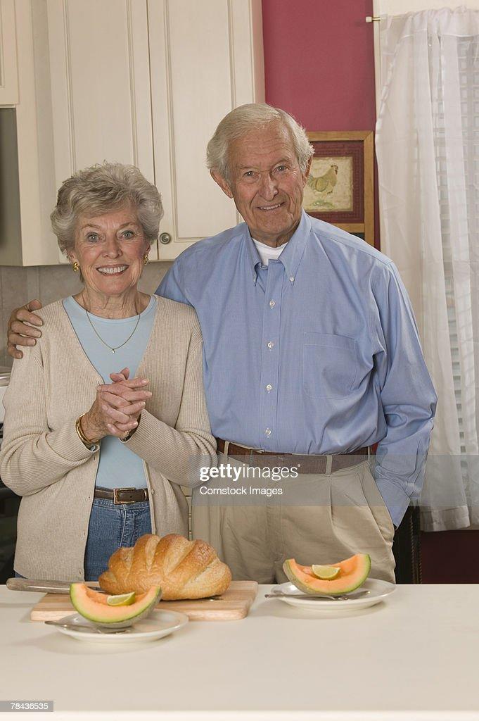 Couple with sliced cantaloupe : Stockfoto