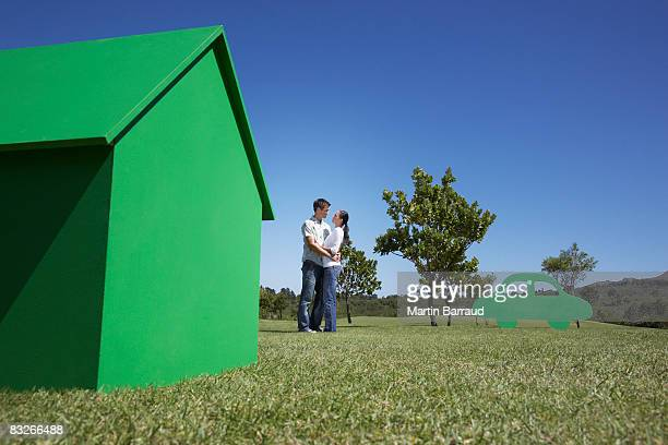 Couple avec petite maison modèle et une découpe de