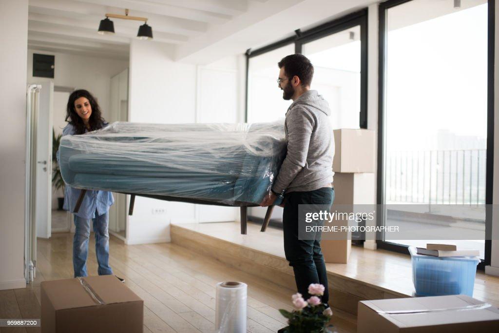 Paar mit sofa : Stock-Foto