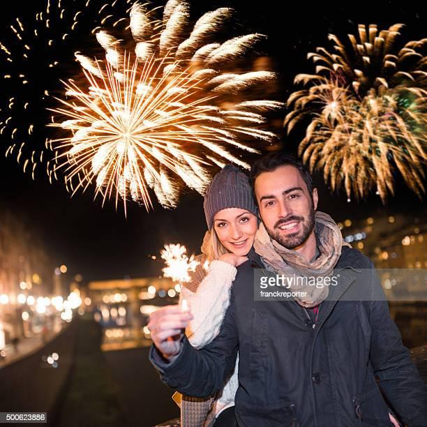 Pareja con el bengala para el año nuevo en Florencia