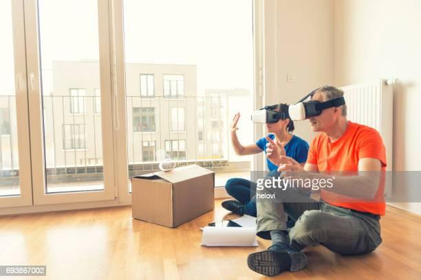 Paar mit VR Kopfhörer Umzüge