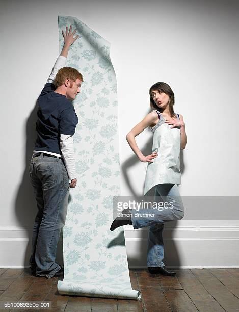 en couple avec la maison de papier peint - bricolage humour photos et images de collection