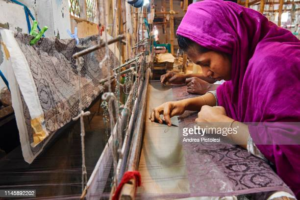couple working at textile loom in dhaka, bangladesh - bangladesch stock-fotos und bilder