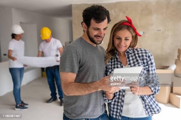 pares que trabalham em um projeto de carcaça em sua casa - council flat - fotografias e filmes do acervo