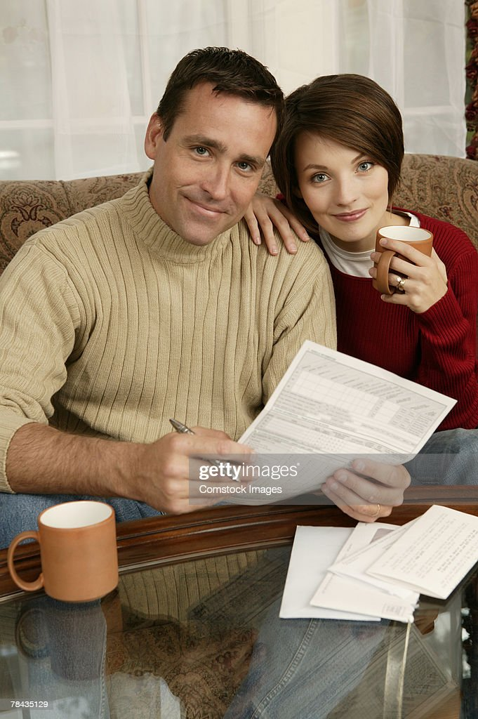 Couple working on finances : Stockfoto
