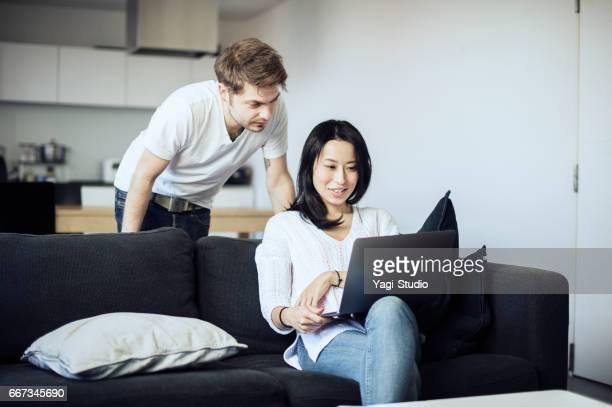 Couple travaillant sur ordinateur portable à domicile