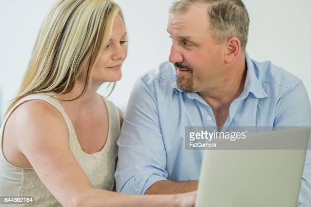 Paar, arbeiten an ihr Budget