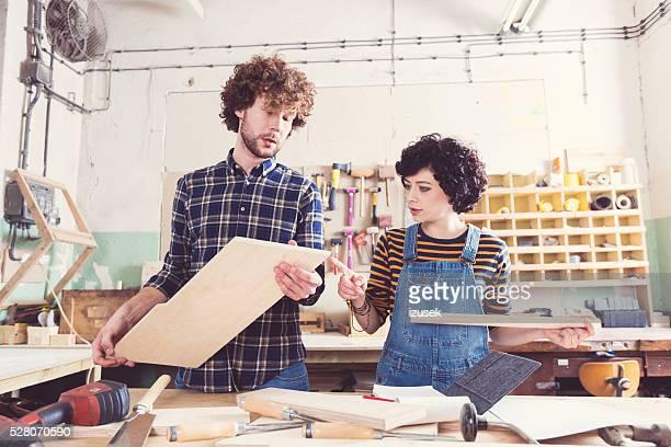 Paar arbeiten gemeinsam in einem Bau-workshop