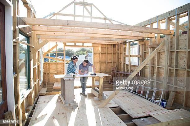 couple working together on a new home - eigenheim stock-fotos und bilder