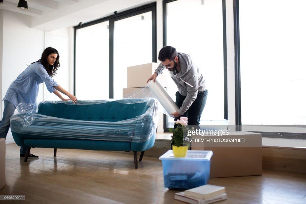 Paar Verpackung oben sofa : Stock-Foto