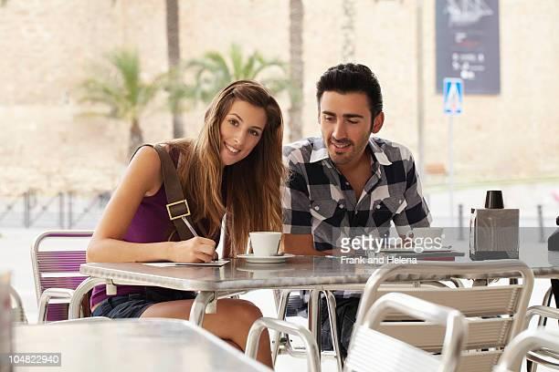 ポストカードを書くカフェ」のカップル