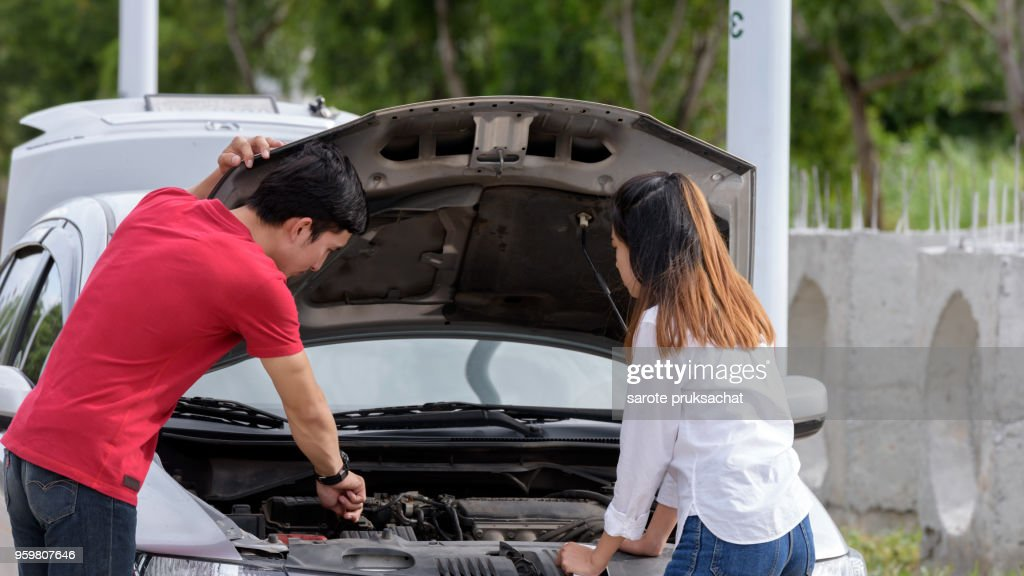 Couples are concerned when their car breaks down. : Stock-Foto