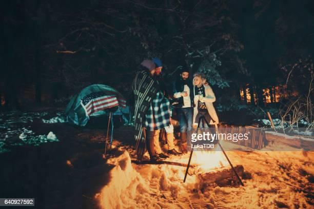 森の中でキャンプのカップル