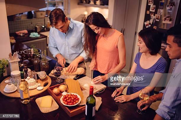 Paar chatten in der Küche, während das Abendessen vorbereitet