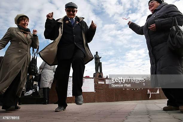 Couples dance in Lenin Square on March 17 2014 in Simferopol Ukraine Voters on the autonomous Ukrainian peninsular of Crimea voted overwhelmingly...