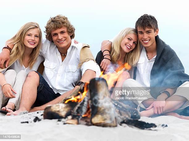 Couple profitant de feu de joie sur la plage en hiver