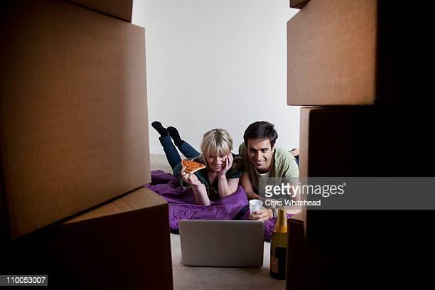 Paare erste Nacht in neue Wohnung