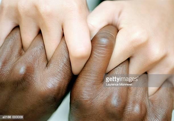 couples' hands connected - black and white photos et images de collection