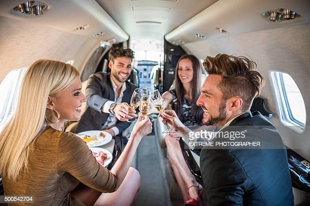 カップルたプライベートジェット飛行機での乾杯