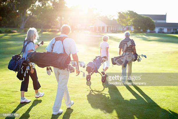 Paare genießen Sie nach einer Runde golf