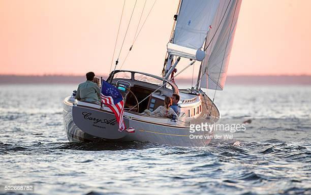 couples sailing in maine - poupe photos et images de collection