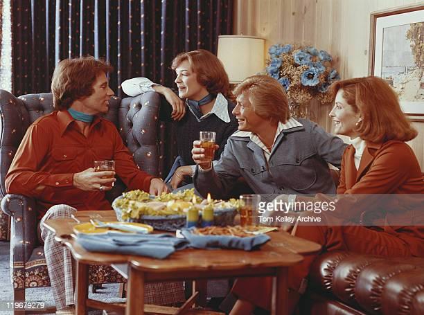 Paare Sitzen im Wohnzimmer und ein Getränk