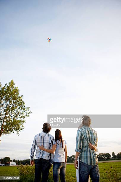 2 couples watching balloons rise in sky - guardare in su foto e immagini stock