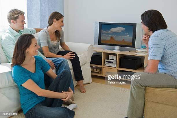 couples watching television in living room - nova jersey - fotografias e filmes do acervo