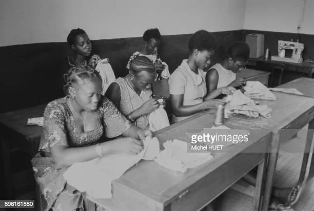 Cour de couture dans une ecole pour jeunes filles au Senegal circa 1950