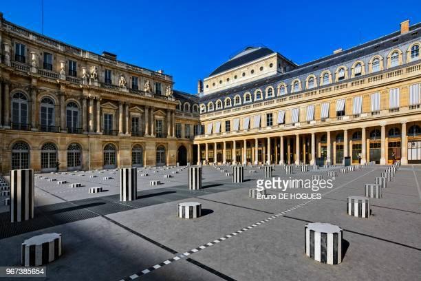 Cour d'honneur du Palais Royal avec 'Les Deux Plateaux' par Daniel Buren Paris France