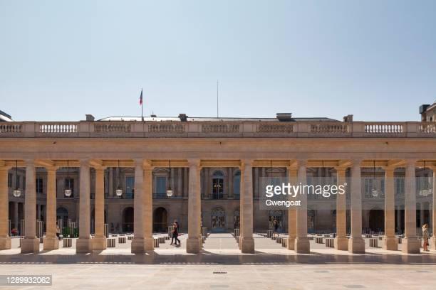 cour d'honneur of the palais royal in paris - daniel buren stock pictures, royalty-free photos & images