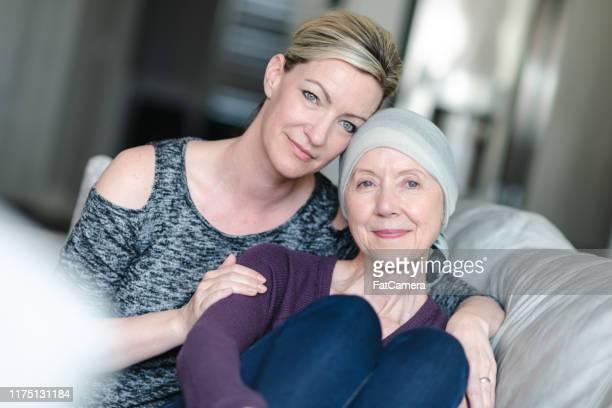 癌を持つ勇敢な女性は、大人の娘と貴重な時間を過ごす - 悪性腫瘍 ストックフォトと画像
