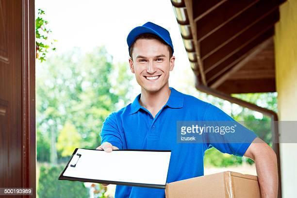 corriere consegna pacchetto - izusek foto e immagini stock