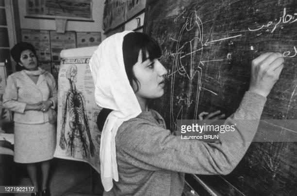 Cours de biologie au lycée Malalaï à Kaboul, en 1972, Afghanistan.