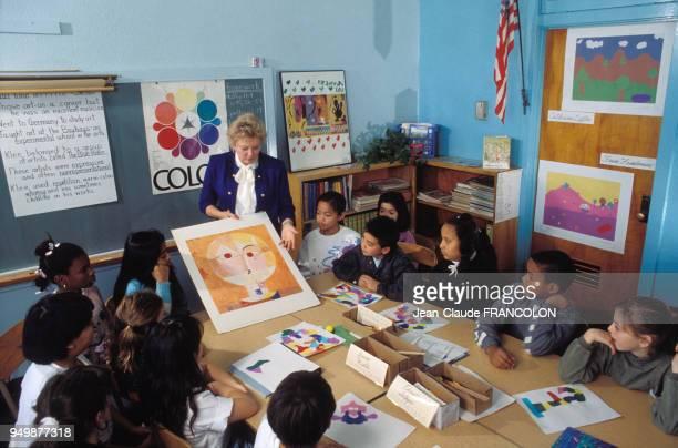 Cours de collage pour enfants au musée Getty en février 1990 à Malibu Californie EtatsUnis
