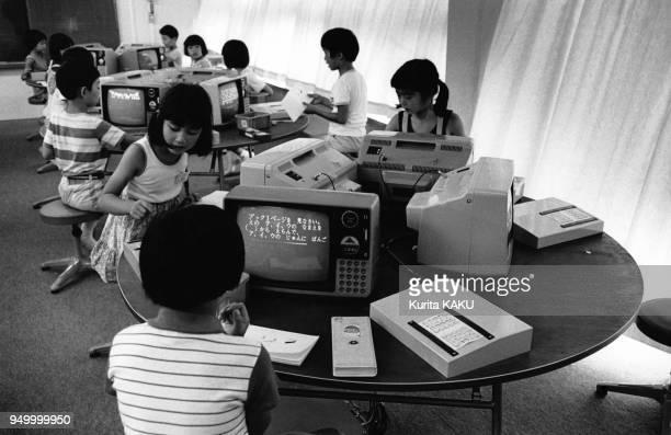 Cours d'informatique et premiers ordinateurs dans une école en juillet 1978 à Tokyo, Japon.