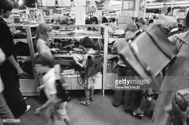 Courses de la rentrée des classes dans un grand magasin en France