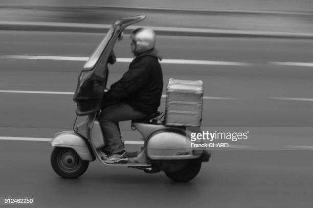 Coursier en scooter a Paris France