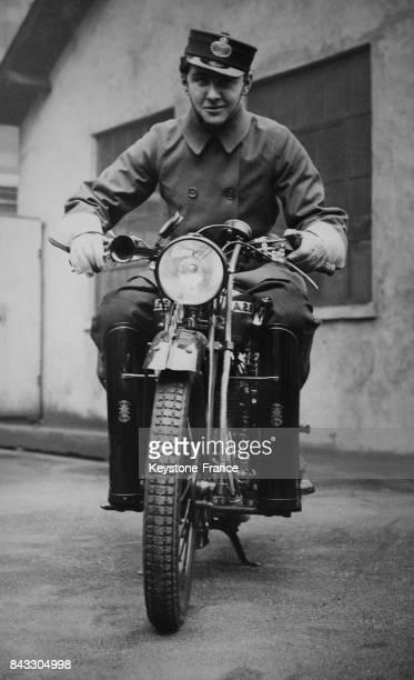 Coursier à moto livrant les télégammes à Londres RoyaumeUni le 13 mars 1933