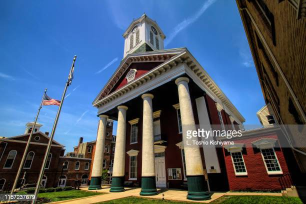 courthouse in charles town, west virginia - protohistory_of_west_virginia stock pictures, royalty-free photos & images