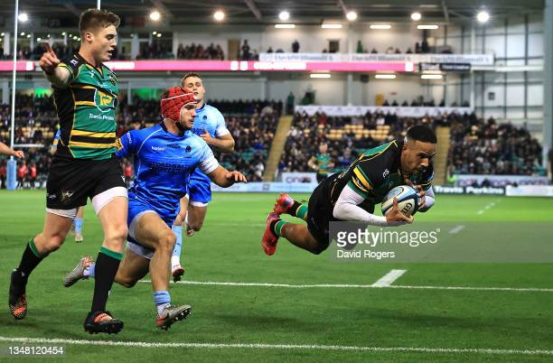 Courtnall Skosan of Northampton Saints scores a try during the Gallagher Premiership Rugby match between Northampton Saints and Worcester Warriors at...