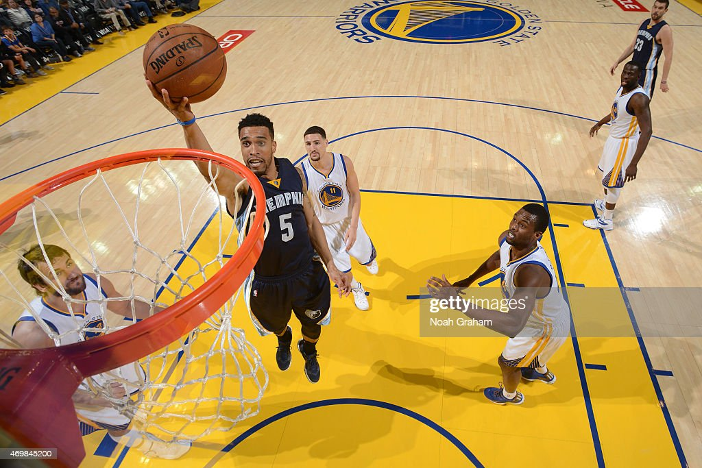 Courtney Lee #5 of the Memphis Grizzlies shoots against the Golden State Warriors on April 13, 2015 at Oracle Arena in Oakland, California.