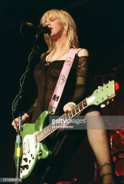 Courtney Love Sängerin der amerikanischen Rockgruppe Hole gibt im alten Münchner Flughafen ihr erstes Deutschlandkonzert Die Witwe des NirvanaSängers...