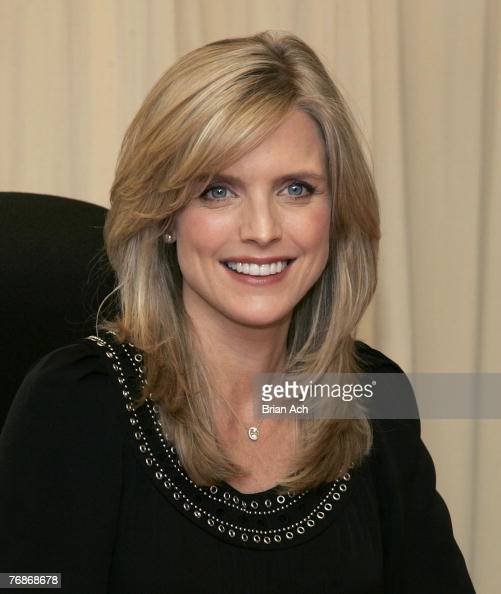 """Courtney Thorne-Smith Signs Her New Book """"Outside In"""" At"""