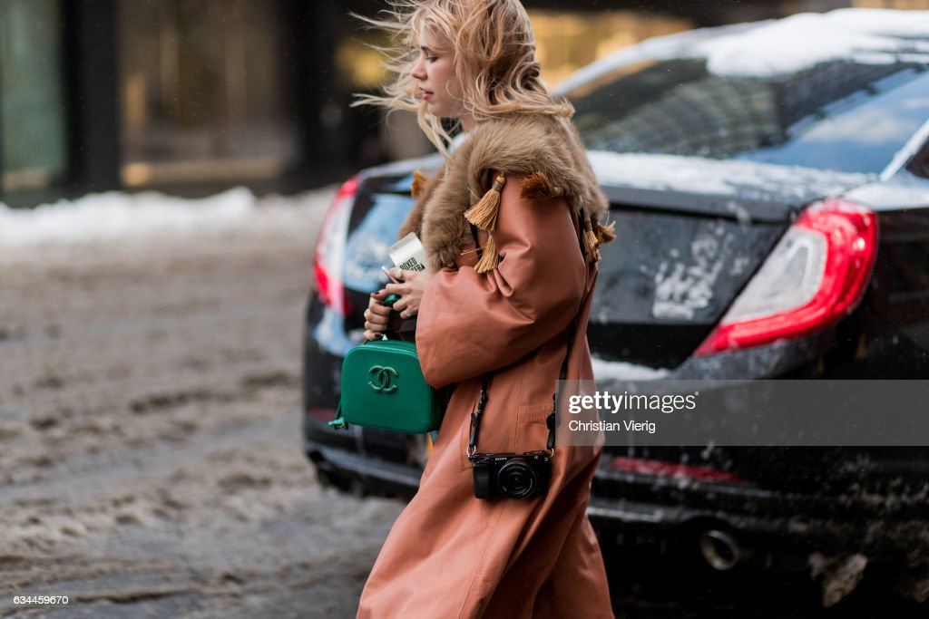 Street Style - New York Fashion Week February 2017 - Day 1 : News Photo