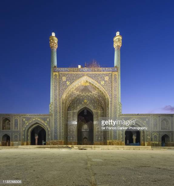 """courtyard and iwan of """"masjed-e shah"""" mosque (""""shah mosque"""") illuminated at dusk in isfahan, iran - isfahan stad stockfoto's en -beelden"""