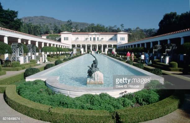 courtyard fountain at j. paul getty museum - getty villa foto e immagini stock