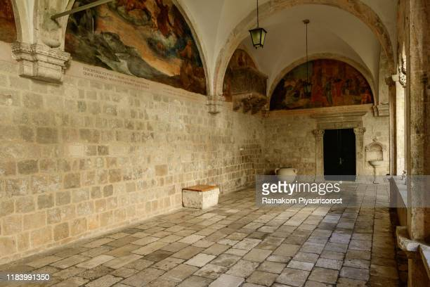 courtyard of franciscan church and monastery, dubrovnik, croatia - klooster stockfoto's en -beelden