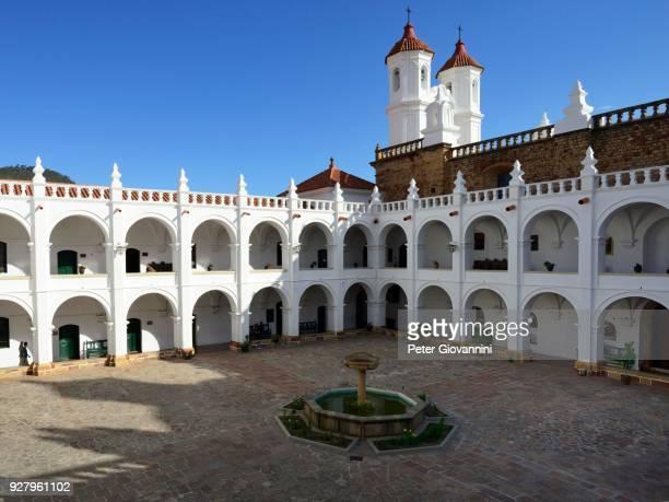 courtyard with fountain, colegio maria auxiliadora, sucre, chuquisaca, bolivia - patio de colegio photos et images de collection